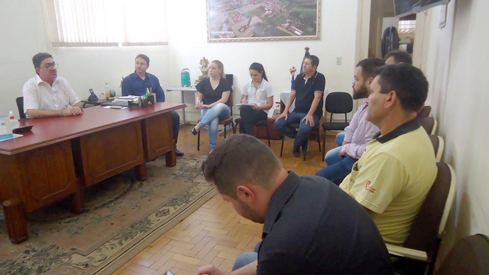 Prefeito de Cambará José Salim Haggi Neto se reúne com membros do Comércio de Cambará - Foto: Graça Maria