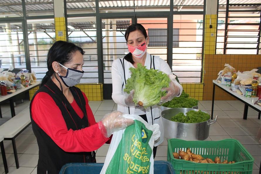 São montados com os alimentos que seriam utilizados para a produção da merenda dos alunos da rede estadual e são destinados para as famílias em situação de maior vulnerabilidade neste momento