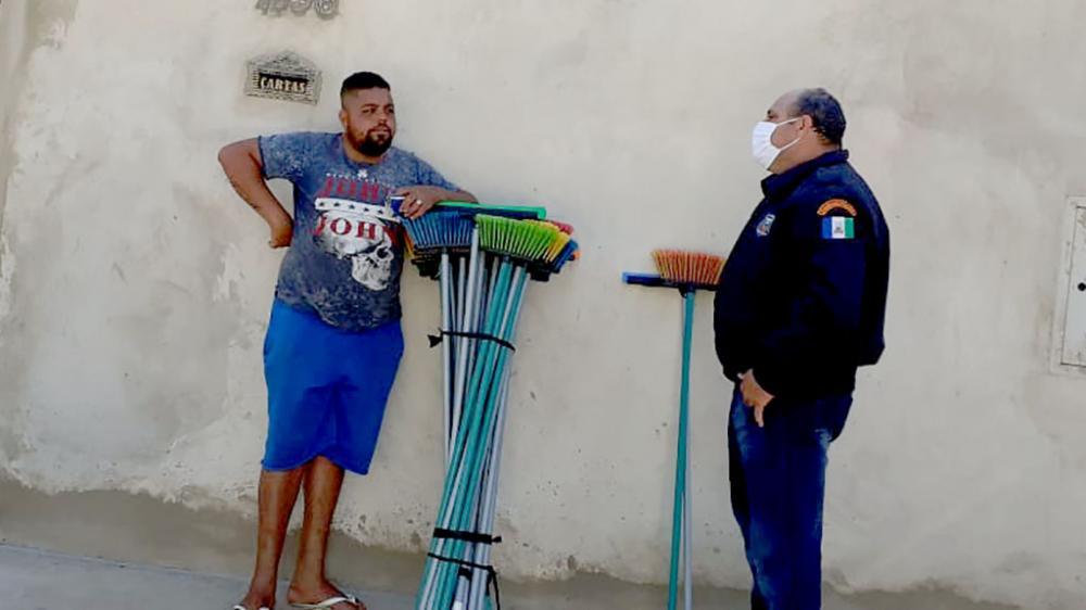 Luiz Carlos Batistela, comandante da Guarda Municipal orienta ambulante sobre decisão judicial que restringe atividades no município - Foto: Reprodução de internet