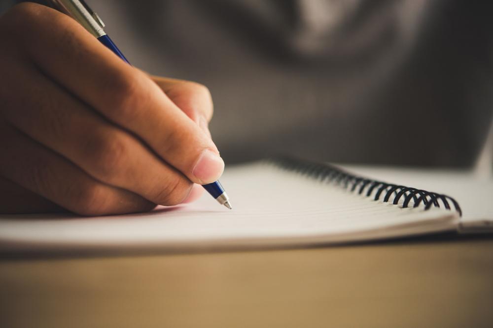 O Enem 2020 deve ser adiado, mas estudantes do Brasil inteiro já intensificaram a rotina de estudos para garantir uma boa nota no Exame Nacional do Ensino Médio, e a redação é um dos principais desafios da prova