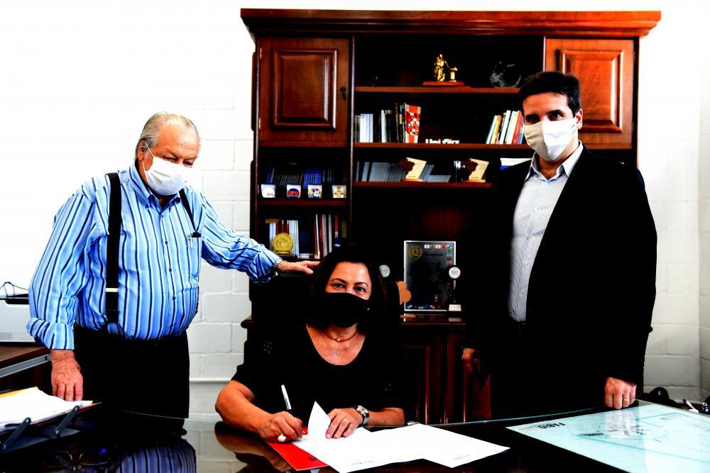 Reitora da UENP, Fátima Padoan, durante assinatura do Protocolo de Intenções, acompanhada do senhor Roque Quagliato (à esq.) e do reitor da UNIFIO, Murilo Angeli