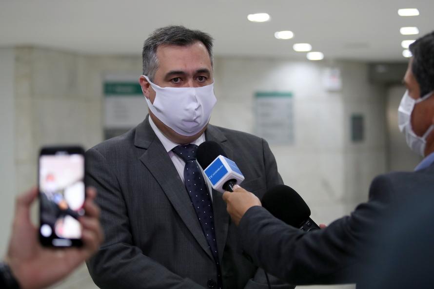 """""""Estamos trabalhando em múltiplas frentes na gestão da saúde do Paraná. Nossa curva de casos de Covid-19 está em pleno crescimento. Passamos pela maior epidemia de dengue que o Estado já teve, estiagem, inverno chegando. Enfim, são muitos os desafios que"""