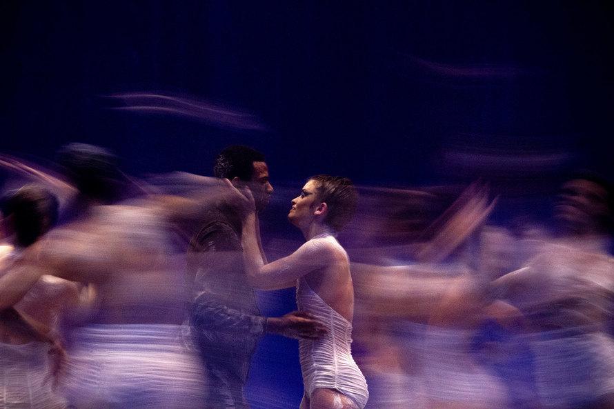 Há opções para uma ampla faixa etária, de 10 a 70 anos, incluindo balé clássico iniciante, improvisação e dança para a melhor idade