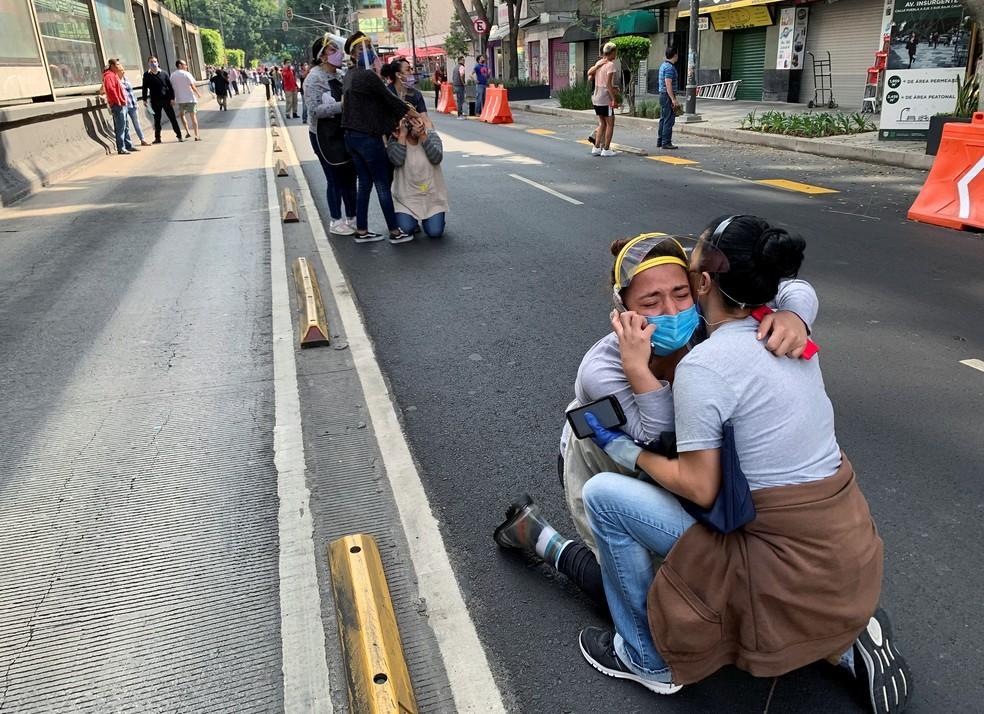 Moradores da Cidade do México saem às ruas após forte terremoto — Foto: Tomas Bravo/Reuters