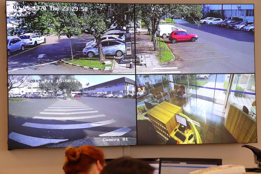 O equipamento de segurança conta com duas câmeras, uma com visão de 360° e outra para monitoramento e auxílio na conversa com o centro de controle