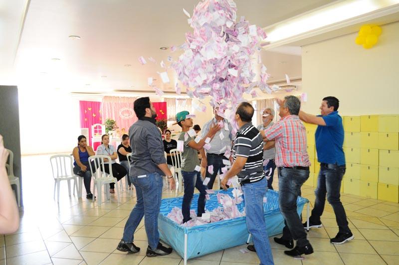 Decoração de Natal promete surpreender consumidores de Cambará