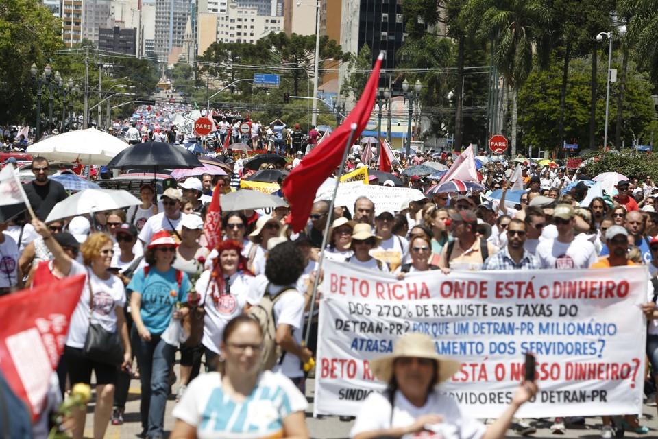 Passeata de professores reúne milhares no Centro de Curitiba