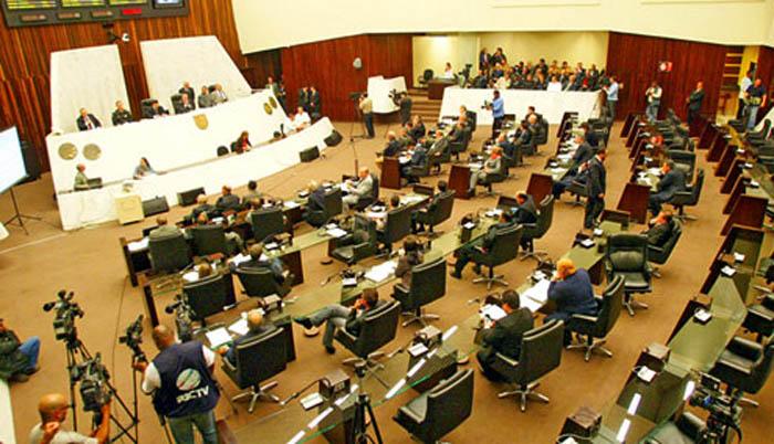 Assembleia ignora crise e vai reajustar verba parlamentar