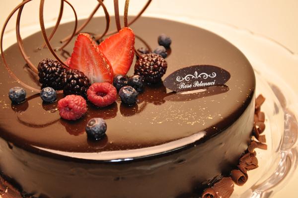 Torta-mousse de chocolate com pão de ló é a receita perfeita para a Páscoa; experimente
