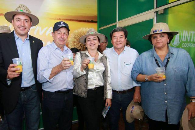 Ministras da Agricultura e do Meio Ambiente visitam estande da Integrada na Expo Londrina